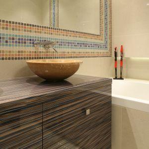 Lustro na całą ścianę przyklejone nad umywalkami zyskało piękną oprawę w postaci pasów z kolorowych kostek mozaiki.