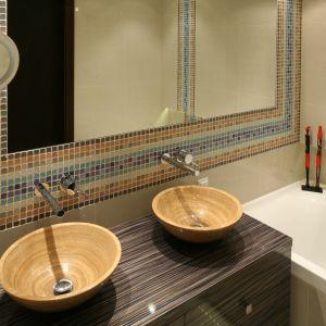 Kolorystyka umywalek i szafki ma swoją kontynuację w perfekcyjnie dobranej barwie kostek szklanej mozaiki. Fot. Bartosz Jarosz