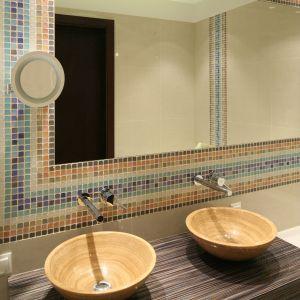 Do kamiennych mis umywalkowych dobrano nowoczesne baterie podtynkowe. Wyposażenie łazienki gwarantuje wygodę korzystania dla dwóch osób jednocześnie. Fot. Bartosz Jarosz