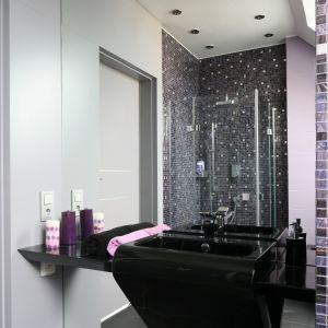 Umywalkę i blat zainstalowano bezpośrednio na lustrze. Dzięki temu sprawiają wrażenie zawieszonych w powietrzu.  Fot. Bartosz Jarosz
