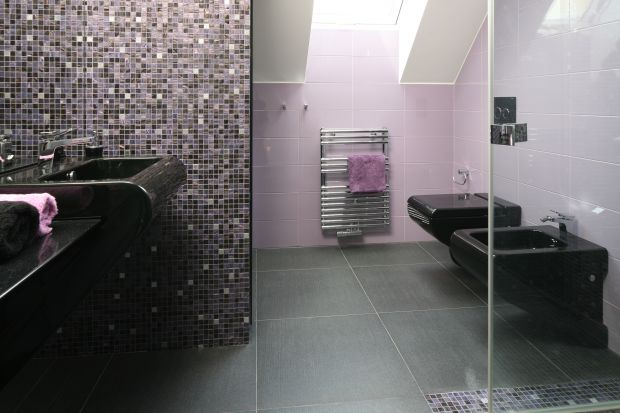 Łazienka na poddaszu – powierzchni ok. 6 m kw. - przeznaczona jest dla wkraczającej w dorosłe życie córki państwa domu. Miała być praktyczna, ale z artystycznym szlifem.