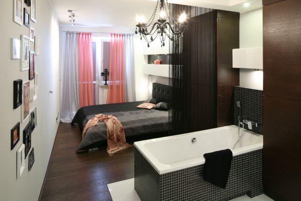 To był pomysł pani domu, aby salon kąpielowy umieścić w sypialni. Nadał pomieszczeniu rangę buduaru - intymnej, kobiecej przestrzeni.Acałe mieszkanie wygląda luksusowo i wytwornie.