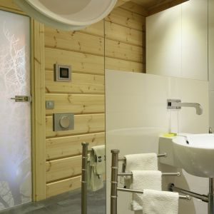 W połączeniu  z bielą i nowoczesnym designem drewno drewno prezentuję niezwykle efektownie. Proj. Tomasz Motylewski, Marek Bernatowicz. Fot. Bartosz Jarosz