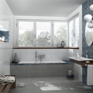 Mozaika Fresh marki Jasba ze srebrnymi kostkami połyskującymi na tle różnych odcieni błękitu. Fot. Jasba