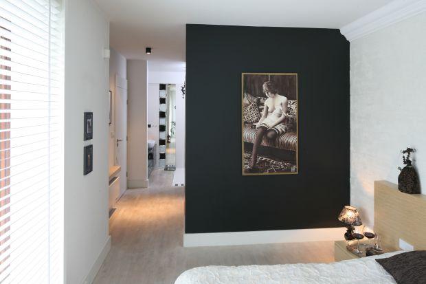 Stonowana, elegancka aranżacja, nieco tajemniczy klimat i intymny charakter, to cechy łazienki połączonej z sypialnią, która stanowi prywatną przestrzeń pani i pana domu.