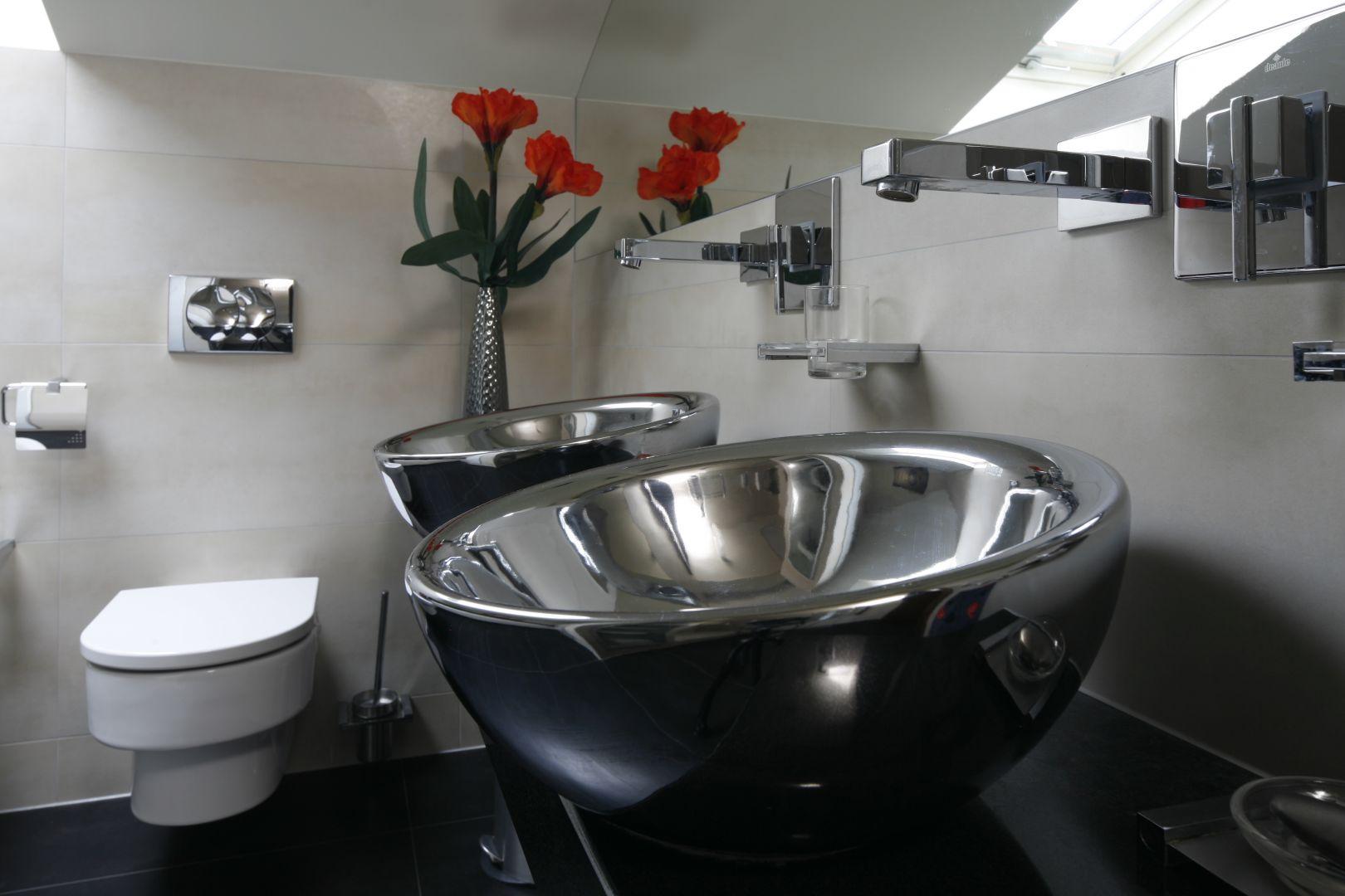 Misy umywalek mają wyjątkowy kształt i wykończenie powierzchni. Dobrano do nich baterie podtynkowe. Fot. Bartosz Jarosz