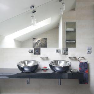 Wpadające przez okno dachowe światło dzienne dobrze oświetla strefę umywalek i zapewnia dobre warunki dla codziennej toalety.  Fot. Bartosz Jarosz