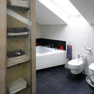 Łazienka jest przestronna i wygodna; zachowuje także bardzo elegancki wygląd - wszystkie łazienkowe niezbędniki mają swoje miejsce w szafkach wnękowych.  Fot. Bartosz Jarosz
