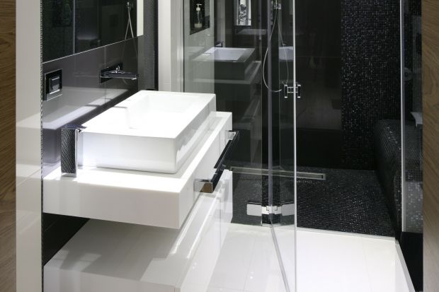 Tanowoczesnaaranżacjazostała utrzymanaw modnej czerni i bieli. Komfortowa kabina prysznicowa zapewnia wygodne kąpiele w eleganckim otoczeniu.