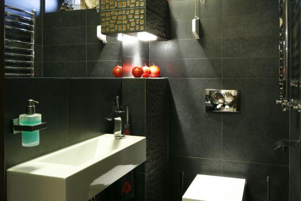 Zarówno właściciele jak i autor projektu tej eleganckiej łazienki gościnnej chcieli, aby aranżacja wnętrza była zaskoczeniem, dla korzystających z toalety gości.