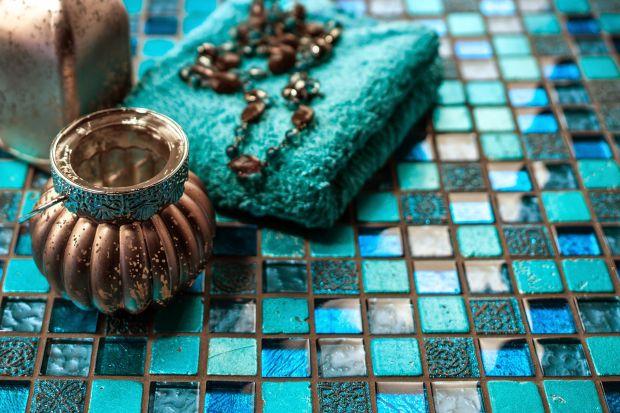 Aby okładzina ceramiczna zachowała nienaganny wygląd, a fugi nie szpeciły, wybierajmy zaprawy do spoinowania przeznaczone do pomieszczeń mokrych.