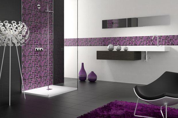 To kolor niezwykle elegancki. Fiolet jest świetnym wyborem do łazienek w różnych stylach. Najmodniej zestawiać go z bielą, czernią, kwiatami.