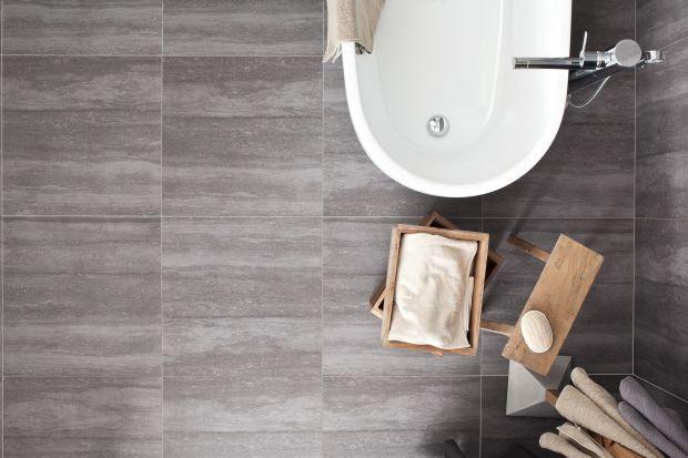 Wśród polecanych na podłogę do łazienki płytek ceramicznych w ostatnich miesiącach dominują imitacje drewna i kamienia.