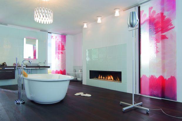 Kominek w salonie kąpielowym – potrzeba czy wyrafinowana ekstrawagancja? Trzaskający ogień towarzyszący zabiegom pielęgnacyjnym uspokaja, wycisza, pomaga skupić się, ale i odprężyć.