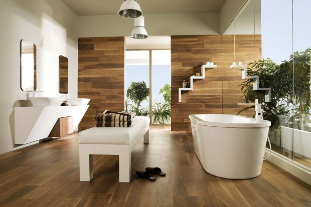 Prawdziwe deski zwykle układa się tylko na podłodze. W przypadku płytek à la drewno ta zasada nie obowiązuje. Można nimi wykończyć także ściany, obudowy wanien czy stelaży podwieszanych sedesów.
