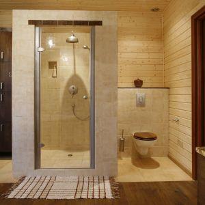 Sedes znajduje się w przestronnej wnęce utworzonej przez kabinę prysznicową. Fot. Bartosz Jarosz