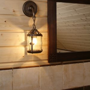 W drewnianej ramie lustra wyrzeźbiono identyczne rozety jak na dekorach ceramicznych. Fot. Bartosz Jarosz