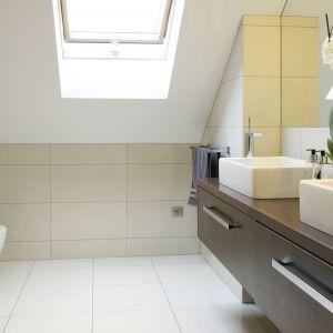 Przytulna łazienka dla dwojga jest jednocześnie jasna i przestronna. Wpadające przez okno światło odbija się od lustra, co dodatkowo rozjaśnia wnętrze.  Fot. Bartosz Jarosz