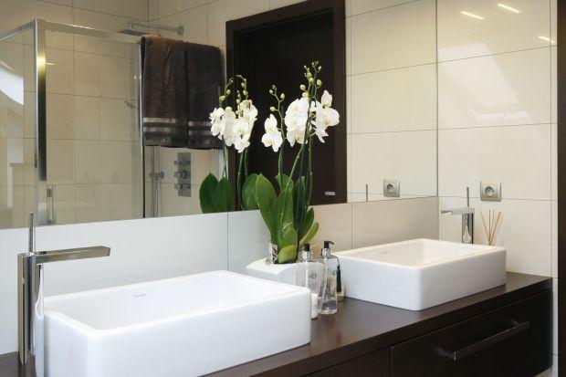 Ponadczasowa, naturalna i praktyczna - taka jest łazienka, z której na co dzień korzysta młode małżeństwo. Okno dachowe zapewnia co rano porcję światła słonecznego.