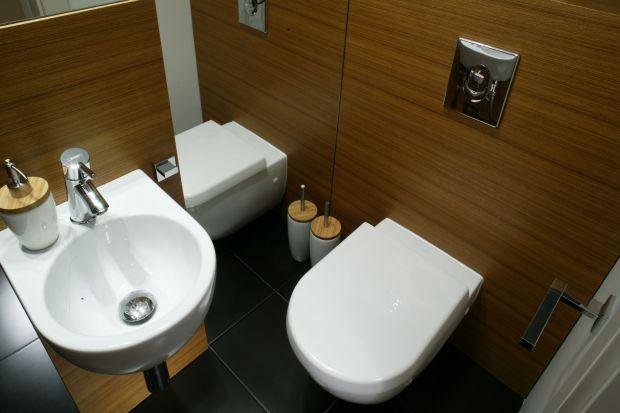 Naturalne drewno w łazience sprawia, że wnętrze wydaje się bardzo ciepłe i przytulne. W roli okładziny można je z powodzeniem układać w każdej strefie pomieszczenia.