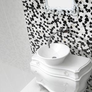 Kostki mozaiki Cassini firmy Aparici mają kształt przeciętych kamieni. Są intrygującym tłem dla umywalki. Fot. Aparici/Coram