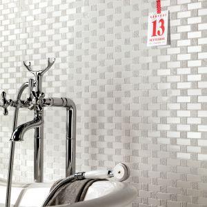 Mozaika z kolekcji Class firmy NovaBell to swego rodzaju kobierzec, uwypuklający linię wanny i baterii. Fot. NovaBell