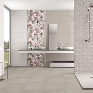 Delikatnie mieniąca się mozaika łamie spokojną kolorystykę łazienki i podkreśla elegancki szlif strefy prysznica – seria Poeme firmy Ibero Ceramica. Fot. Ibero Ceramica