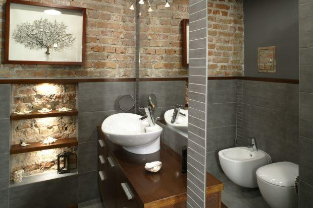 Modny styl loft sprzyja sięganiu po alternatywne materiały. Kojarzoną do niedawna z wystrojem salonu czy kuchni cegłę architekci chętnie stosują także w łazienkach.