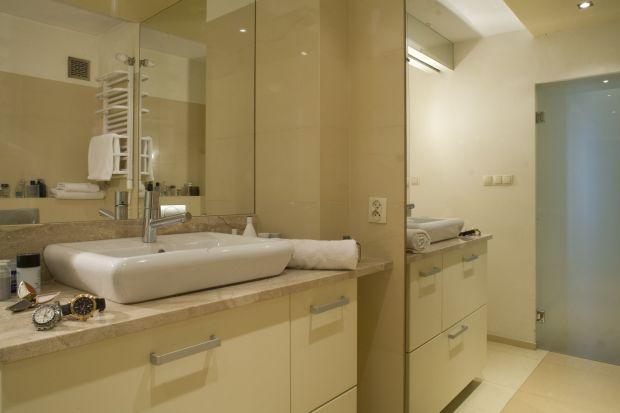 Mała łazienka przy sypialni – zobacz wnętrze w modnych beżach