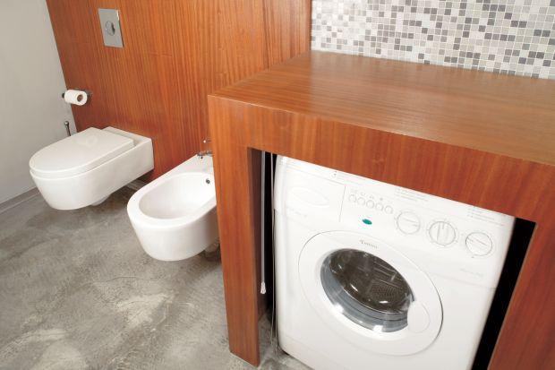To mogła być przeciętna blokowa łazienka: wąska, ciasna, bez okna, z pralką wciśniętą w przypadkowy kąt. Bez przestawiania ścian powstało wnętrze wygodne i eleganckie. Pralkę zastąpiła pralko-suszarka.