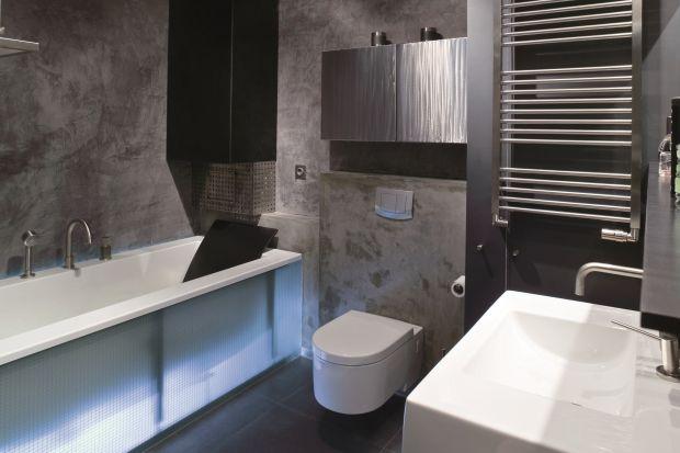 W apartamencie znajdują się dwie łazienki - gościnna oraz ta będąca prywatną przestrzenią gospodarzy. Coś je jednak łączy, a tym czymś jest... kabina prysznicowa.