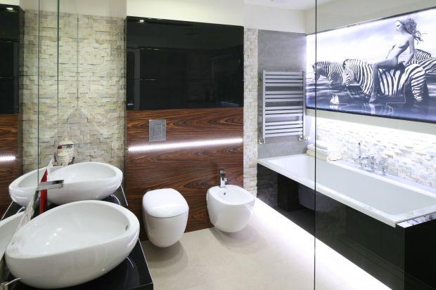 Łazienki wykończone kamieniem naturalnym są eleganckie i luksusowe. Projektanci stosująnie tylko popularny marmur czy granit, ale takżekwarcyt, onyks, a nawet agat, czylimateriały również dla jubilerów.