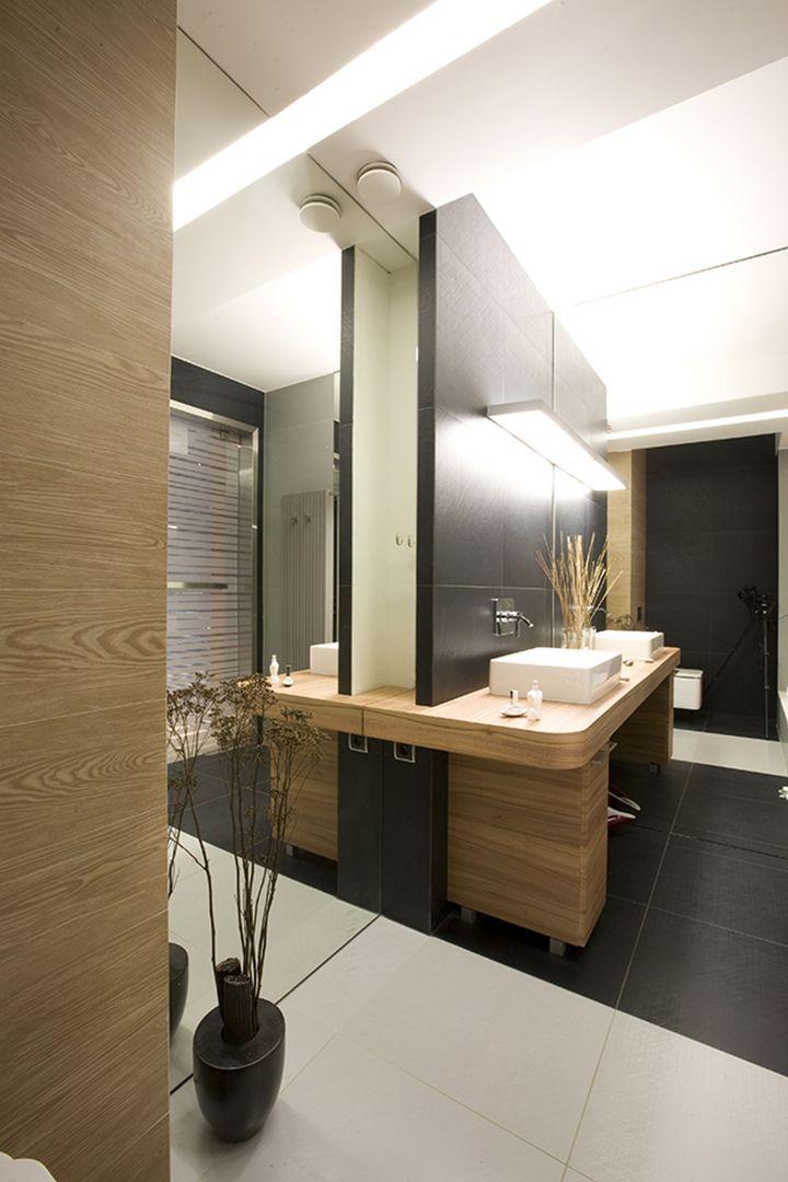 Drewniane elementy wyposażenia oraz ciepłe światło dodają pomieszczeniu przytulnego klimatu. Fot. Marcin Onufryjuk