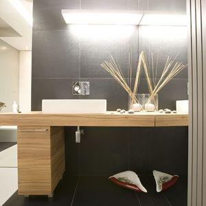 Duże tafle luster optycznie powiększają łazienkę w stylu minimalistycznym.  Fot. Marcin Onufryjuk