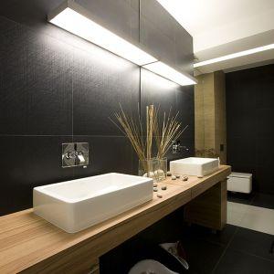 Modna strefa umywalki została pięknie oświetlona. Fot. Marcin Onufryjuk