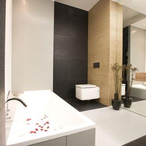 W łazience przy sypialni królują stonowane szarości, biele i jasne drewno. Fot. Marcin Onufryjuk