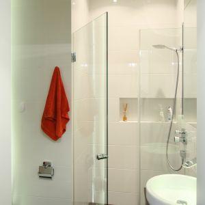 Prysznic znajduje się w dużej wnęce. Zamykają ją ścianka boczna (nieruchoma) oraz drzwi wahadłowe. Nisza wewnątrz to praktyczna półka na kosmetyki. Fot. Bartosz Jarosz