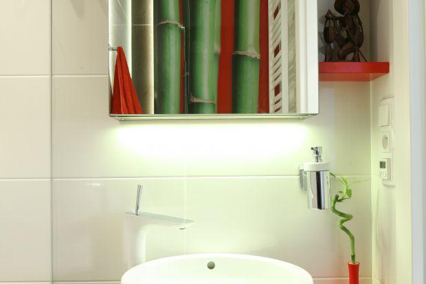 To niewielka łazienka (4 m kw.) stworzona dla wygody gości: z dużym prysznicem oraz półkami i szafkami na kosmetyki. Niezwykła, dzięki fototapecie z bambusami. Jest ciepła (dosłownie) od stóp!