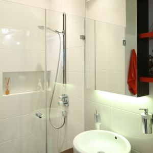 Szafka lustrzana nad umywalka jest bardzo pojemna - sięga aż do sufitu. Fot. Bartosz Jarosz