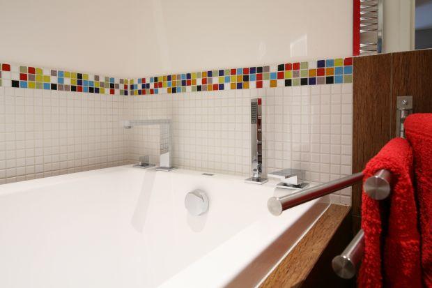 To łazienka stworzona dla całej rodziny oraz gości. Dzięki lustrom i bieli, wydaje się niezwykle przestronna. Gres na podłodze, do złudzenia naśladujący drewno, kreuje aurę przytulności.