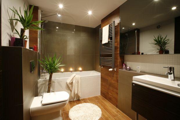 Małe łazienki to standard w polskich domach. Wanna z parawanem to rozwiązanie oszczędzające powierzchnię, a jednocześnie wygodne.
