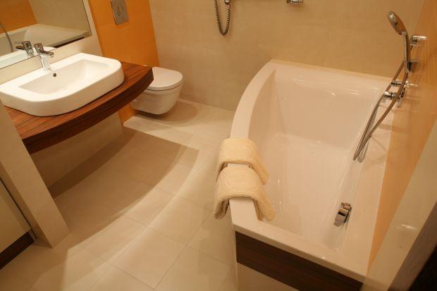Gdy łazienka jest niewielka, a ma być w niej wanna, trzeba wybrać mały model. Pomysłowo ustawiona nie będzie przeszkadzać i stanie się ozdobą łazienki.