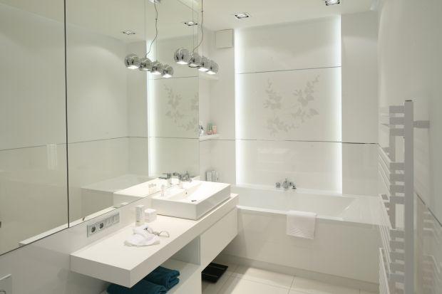 Nawet w niewielkim wnętrzu można mieć wannę, kabinę prysznicową, bidet, dużą umywalkę oraz szafki dla całej rodziny. Stosując proste triki dekoratorskie łatwo oszukać przestrzeń i wzrok.