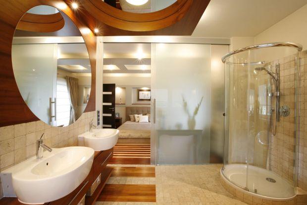 Przestronny, luksusowy salon kąpielowyprzy sypialni cechuje wysoki standard wykończenia oraz umiar, jeśli chodzi o dobórsprzętów i przedmiotów dodatkowych.