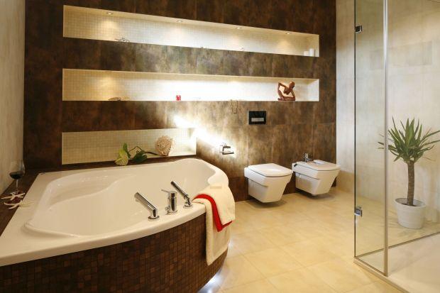 Komfortowa łazienka z wanną i kabiną prysznicową została zaprojektowana z myślą o wygodzie państwa domu. Okładziny w beżach i brązach tworzą tu ciepły klimat idealny do wspólnego relaksu.