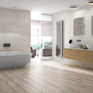 W modnym salonie kąpielowym ułożono płytki o wyglądzie drewna marki Tau, z linii Grove. Fot. Tau