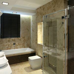 Z pomysłową niszą dostępną od strony kabiny prysznicowe oraz większą wnęką, podświetlaną, na dekoracje. Proj. Katarzyna Koszałka. Fot. Bartosz Jarosz