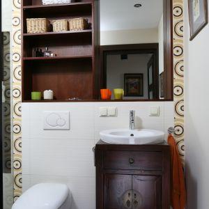Niszę nad umywalką pomysłowo zabudowano półkami. Wewnątrz jest także lustro. Proj. Magdalena Krupczak-Misaczek. Fot. Bartosz Jarosz