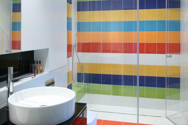 Wiosenny remont to najlepsza okazja, aby zdecydować się na zamianę wanny na obszerny prysznic we wnęce, tym bardziej że ścianę za prysznicem możemy wykończyć dekoracyjnym materiałem.