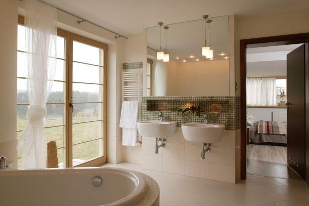Podczas kąpieli można podziwiać widok na łąki i las. Wystarczy uchylić drzwi na balkon, by łazienkę wypełniły promienie słońca albo światło gwiazd. Potem, po otuleniu szlafrokiem, wraca się do przytulnej sypialni.